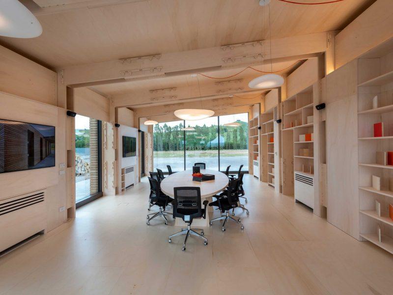 Canale Vigolungo Showroom Office: un lavoro di Vegliolux, un marchio del gruppo Idrocentro con prodotti Linealight 15