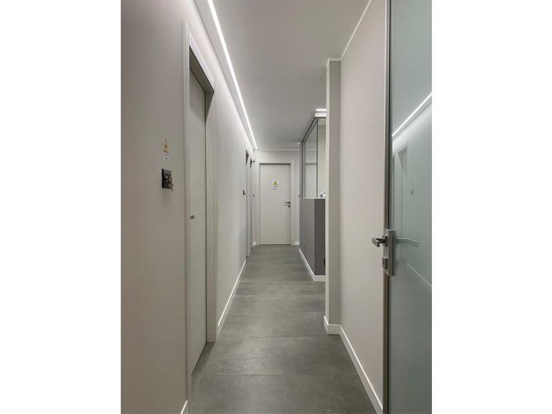 Taglio di luce per un'illuminazione elegante e non invasiva: un lavoro Veglio Aldo per Studio Associato Molino Felicetti Torino