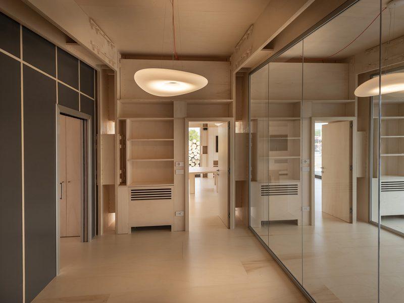 Canale Vigolungo Showroom Office: un lavoro di Vegliolux, un marchio del gruppo Idrocentro con prodotti Linealight 10