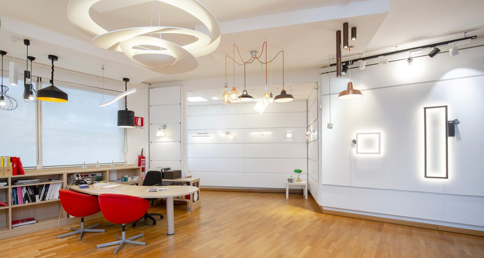 Uno showroom dedicato al meglio dell'illuminazione in tutte le sue forme: lampadari, plafoniere, tagli di luce a Torino in Corso Orbassano 2