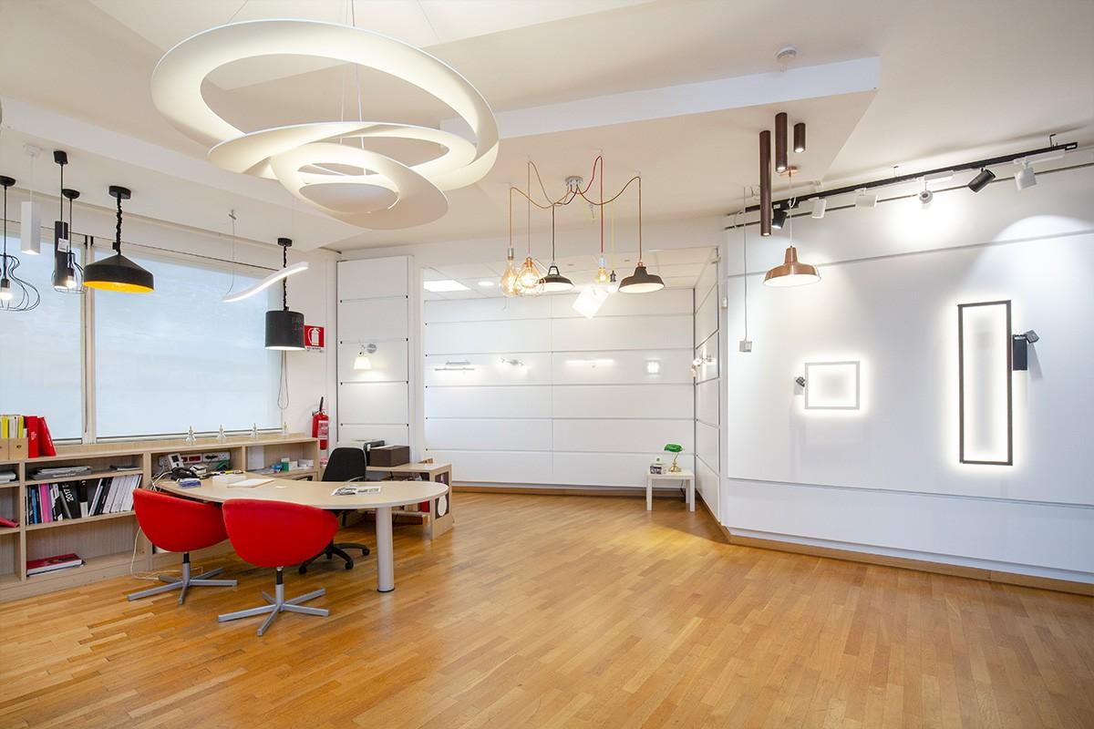 Uno showroom dedicato al meglio dell'illuminazione in tutte le sue forme: lampadari, plafoniere, tagli di luce a Torino in Corso Orbassano