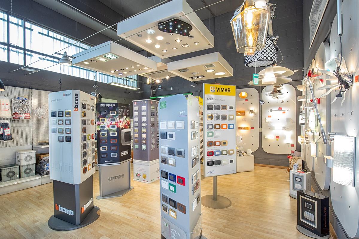Illuminazione Volpiano: Veglio Aldo è il posto dove trovare lampadari, plafoniere, elettroforniture e materiale elettrico con le migliori marche del settore