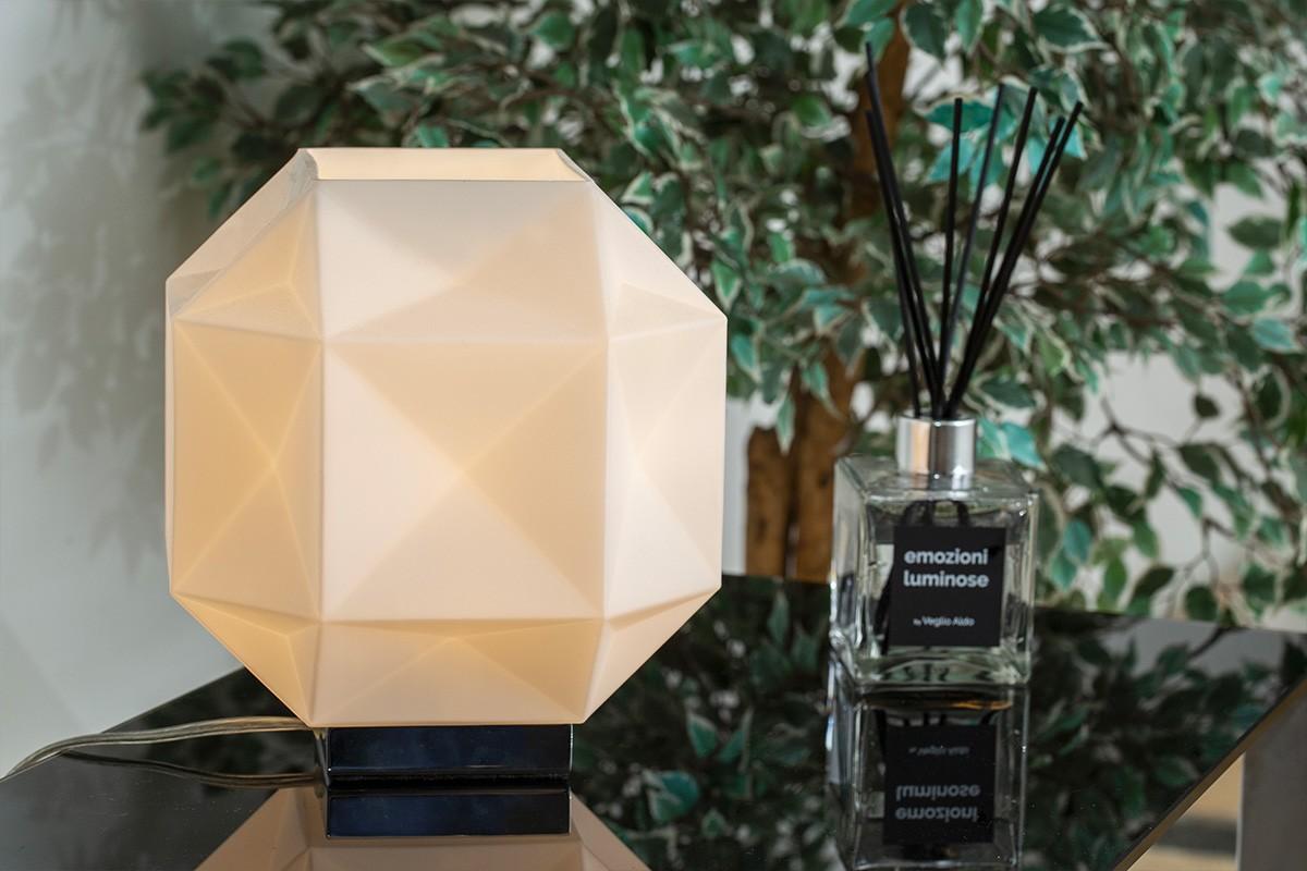 L'illuminazione è di casa nello showroom di Via Botticelli 151/a a Torino. Una vasta offerta di lampadari, lampade, plafoniere e luci.