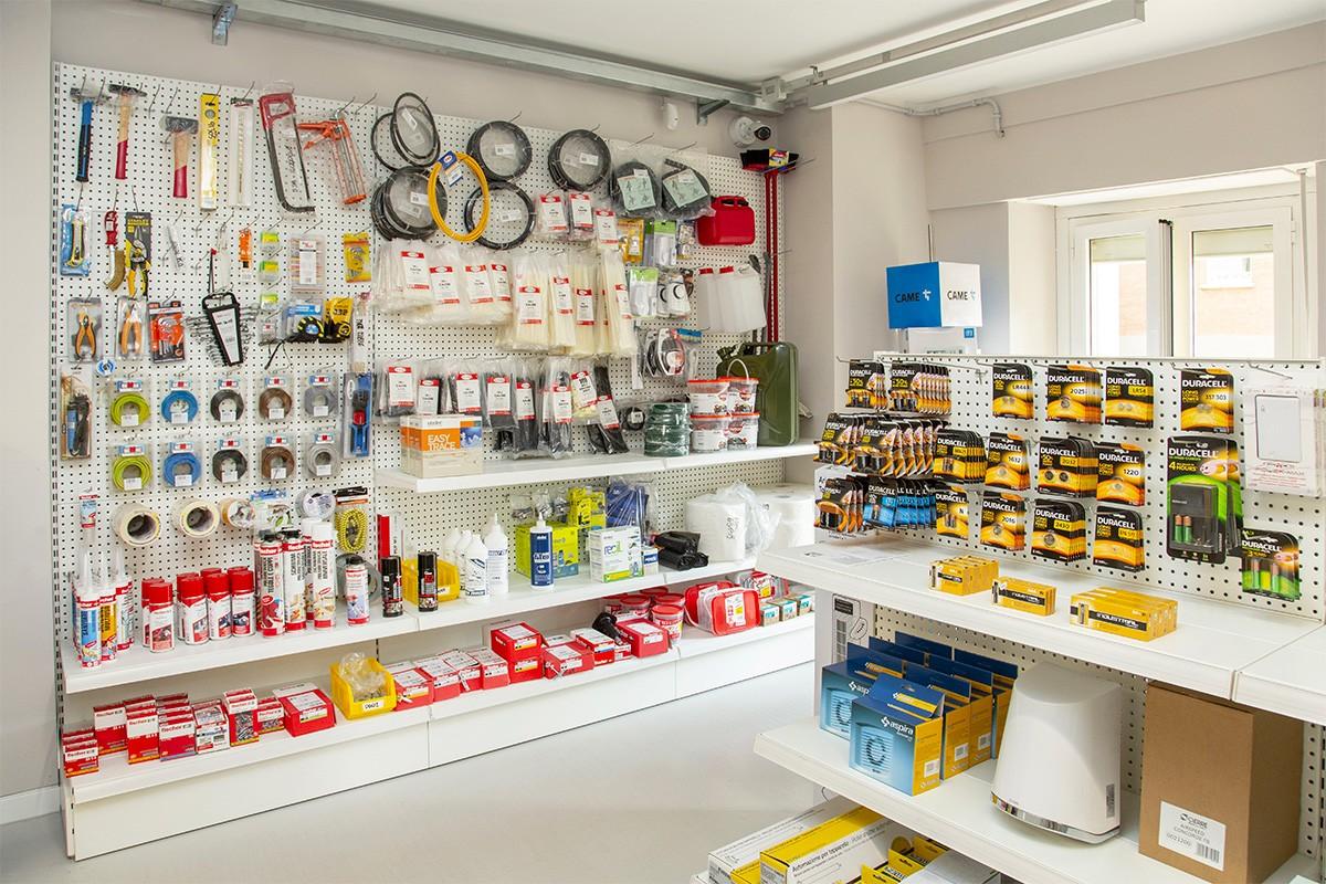 Non solo illuminazione; nello showroom di Corso Sommeiller 15/d sono disponibili tutte le elettroforniture necessarie ai piccoli e grandi interventi